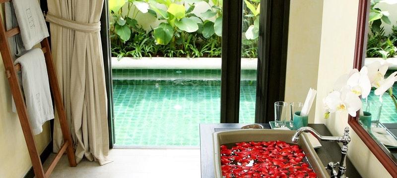 Grand Poolside Villa Bathroom