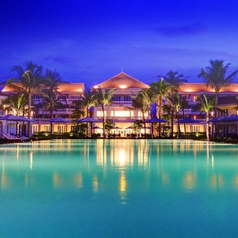 Hotel Exterior & Pool