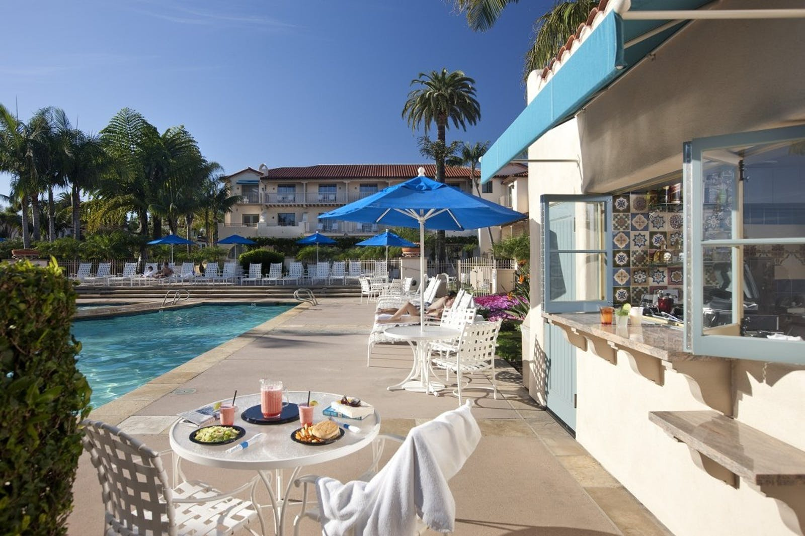 Pool side dining at Harbor View Inn